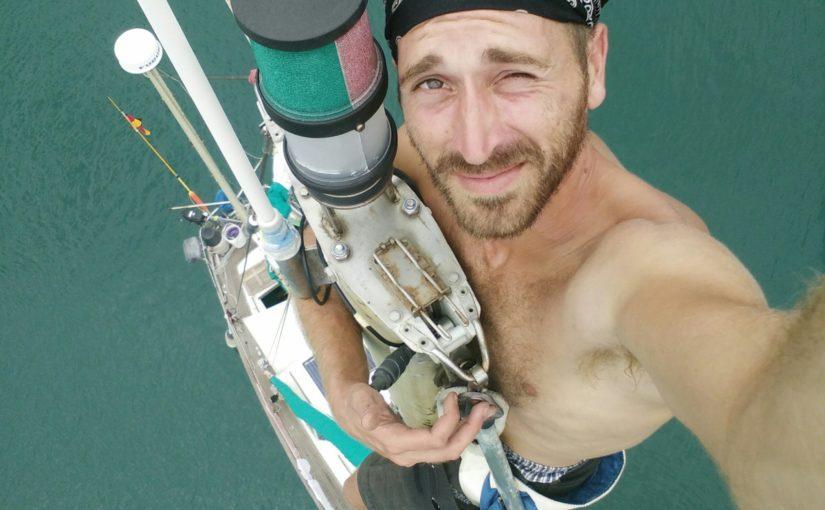 Schnell ein Mast-selfie zwischendurch und die Rollreffanlage demontiert.